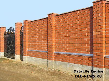 Прочный забор из кирпича