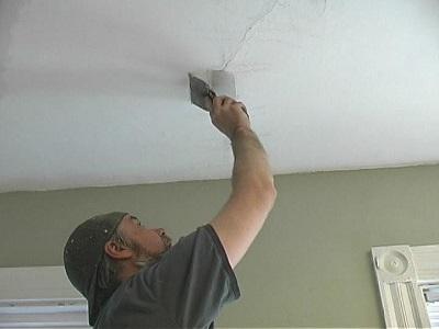 Трещины на потолке: правила оказания первой помощи