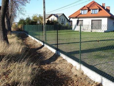 Обозначаем пределы участка: прочный забор из сетки-рабицы