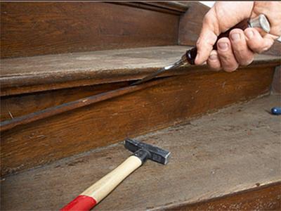 Причины скрипа лестничных ступеней и способы его устранения