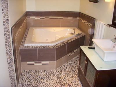 Облицовка пола в ванной морской галькой