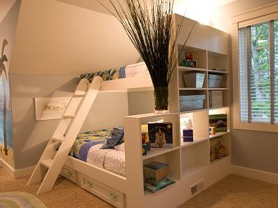 Двухъярусная кровать в интерьере комнаты