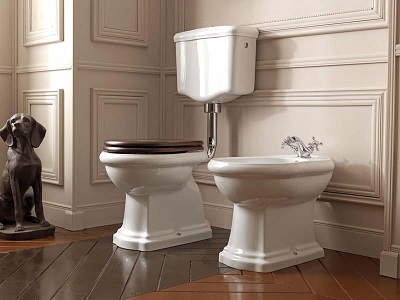 Ретро унитаз с высоким бачком в интерьере туалета